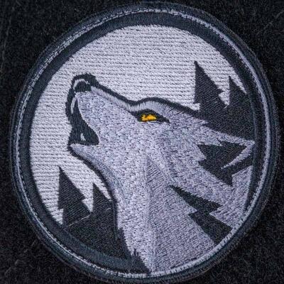 Нашивка волк в лесу воющий на луну